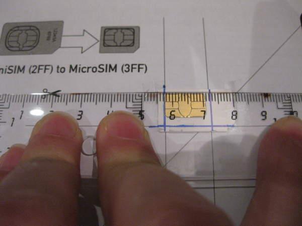 Marcamos guías de la tarjeta SIM para recortarla