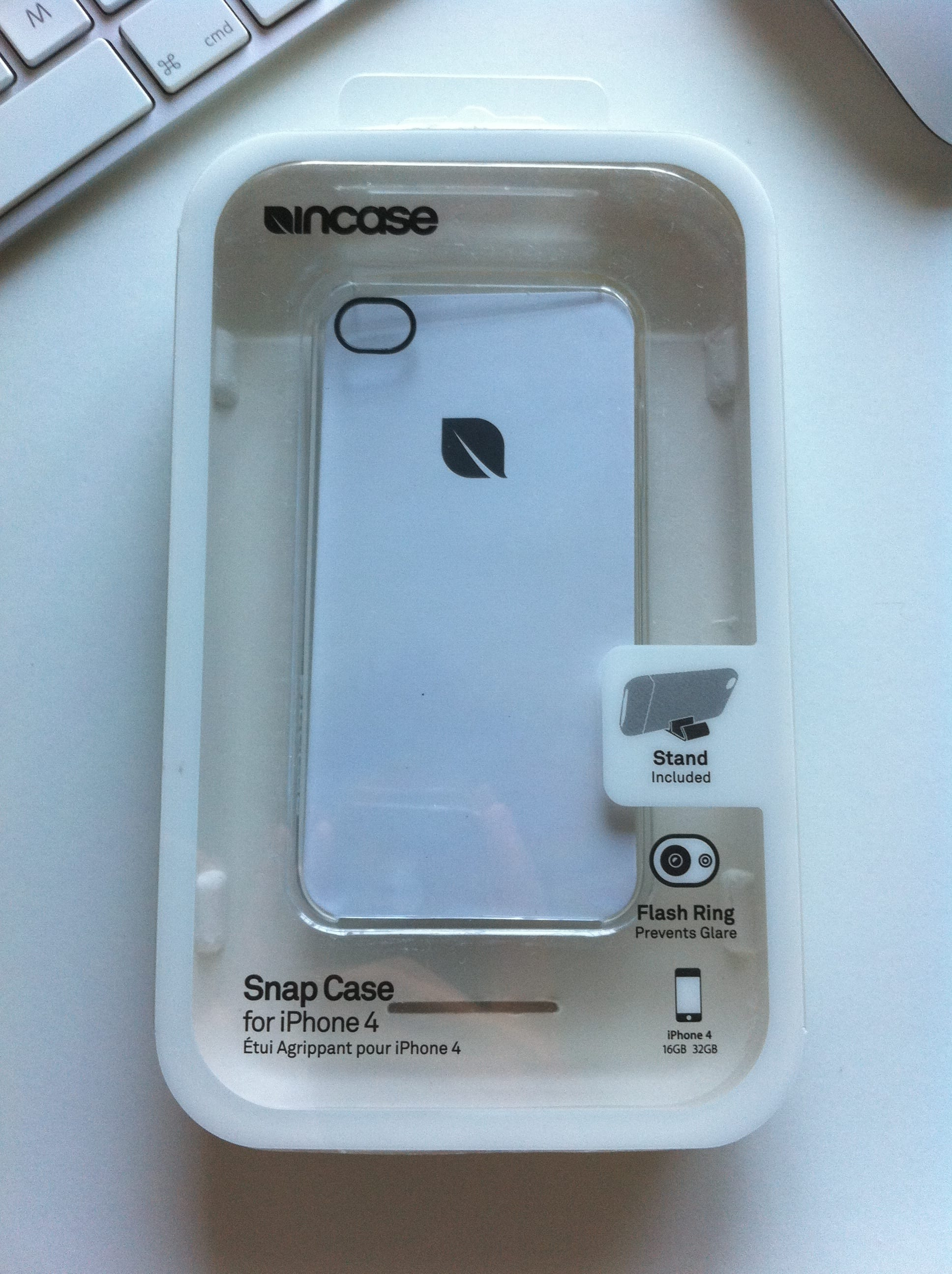 c818ad61913 Acaba de llegarme la funda que regala Apple al comprar un iPhone 4.  Concretamente el modelo que yo elegí es Snap Case Clear de Incase; una  carcasa rígida ...