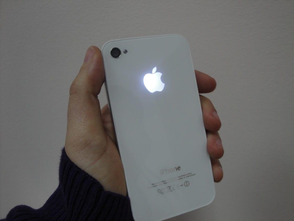 Así quedó el iPhone con la manzana iluminada del ganador del sorteo con Estudioshops