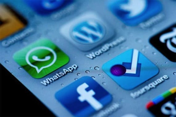Pantalla movil Whatsapp Facebook cerca de adquirir Whatsapp