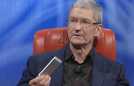 Tim Cook con un iPhone 5s
