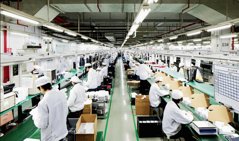 Empleados en la cadena de montaje de Foxconn
