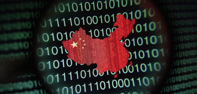Mapa de china visto a través de una lente sobre fondo en números binarios