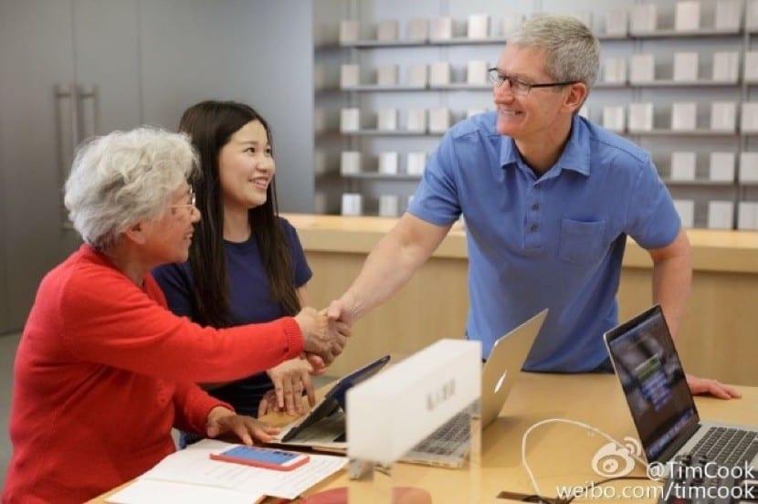 Saludando a los clientes del Apple Store Nanjing East Road