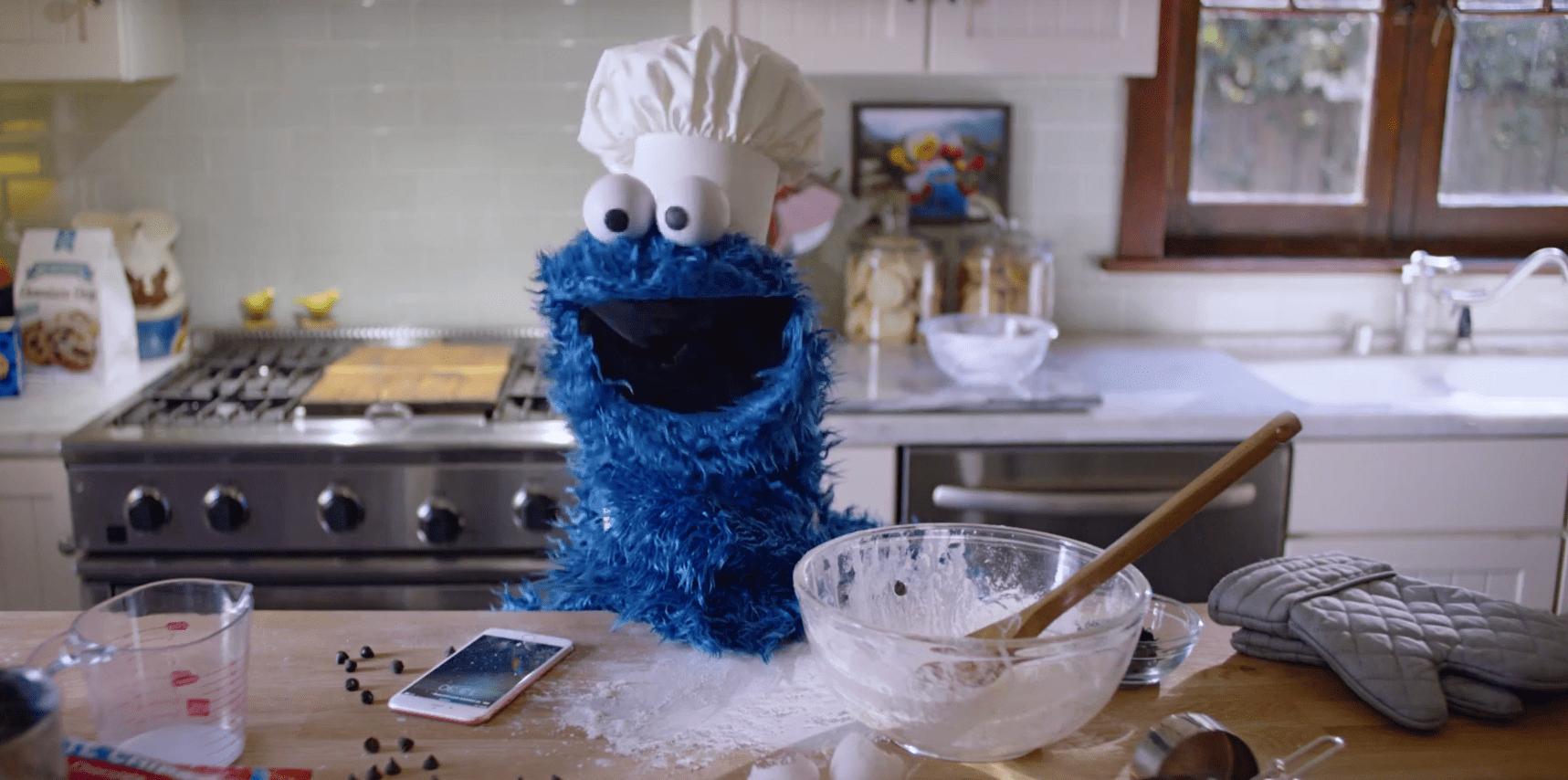 El Monstruo de las galletas cocina con su iPhone