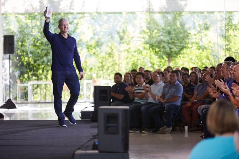Tim Cook con el iPhone mil millones