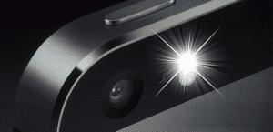 iPhone 5s con el flash encendido