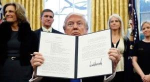 Apple y un centenar de empresas presentan un escrito legal contra la orden inmigratoria de Donald Trump