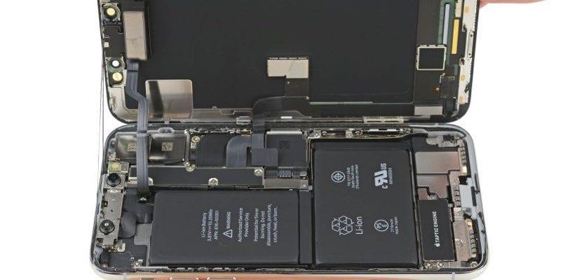 bater&iacute;a <strong>iPhone℗</strong> X 2018&#8243; width=&#8221;830&#8243; height=&#8221;400&#8243; srcset=&#8221;https://www.actualidadiphone.com/wp-content/uploads/2017/12/iPhoneX-bateria-L.jpg 830w, https://www.actualidadiphone.com/wp-content/uploads/2017/12/iPhoneX-bateria-L-300&#215;145.jpg 300w, https://www.actualidadiphone.com/wp-content/uploads/2017/12/iPhoneX-bateria-L-320&#215;154.jpg 320w, https://www.actualidadiphone.com/wp-content/uploads/2017/12/iPhoneX-bateria-L-400&#215;193.jpg 400w, https://www.actualidadiphone.com/wp-content/uploads/2017/12/iPhoneX-bateria-L-500&#215;241.jpg 500w&#8221; sizes=&#8221;(max-width: 830px) 100vw, 830px&#8221;></p> <p>En la 1.ª p&aacute;gina de la website de <strong>Apple℗</strong> en Italia(país) la compa&ntilde;&iacute;a de Cupertino aclara el &ldquo;dudoso&rdquo; desempeño de los dispositivos<strong>&nbsp;<span class=