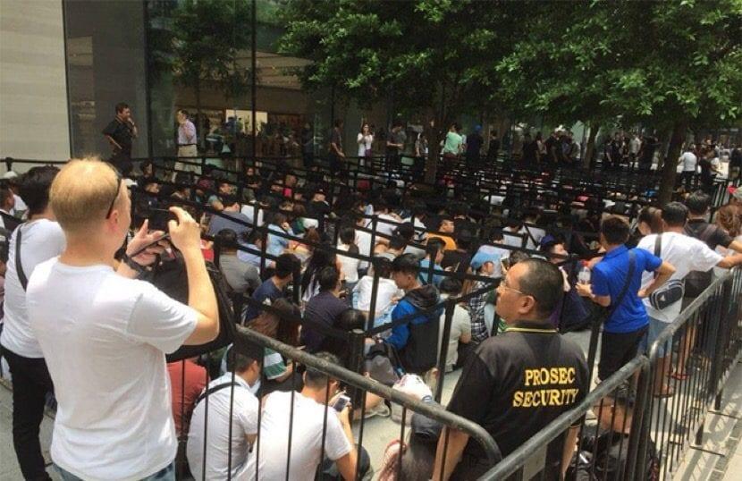 Huawei regala una power bank a los usuarios que hacen cola en la Apple Store de Singapur