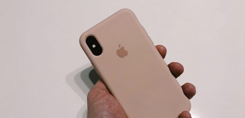 La noticia no es que Apple haya lanzado una funda transparente