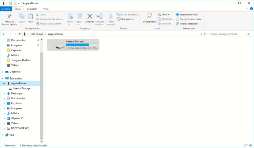 Extraer las imágenes del <strong>iPhone℗</strong> en Windows» width=»830″ height=»486″ srcset=»https://www.actualidadiphone.com/wp-content/uploads/2019/09/extraer-imagenes-iphone-con-windows-830×486.png 830w, https://www.actualidadiphone.com/wp-content/uploads/2019/09/extraer-imagenes-iphone-con-windows-300×176.png 300w, https://www.actualidadiphone.com/wp-content/uploads/2019/09/extraer-imagenes-iphone-con-windows-1024×599.png 1024w, https://www.actualidadiphone.com/wp-content/uploads/2019/09/extraer-imagenes-iphone-con-windows-307×180.png 307w, https://www.actualidadiphone.com/wp-content/uploads/2019/09/extraer-imagenes-iphone-con-windows-400×234.png 400w, https://www.actualidadiphone.com/wp-content/uploads/2019/09/extraer-imagenes-iphone-con-windows-500×293.png 500w, https://www.actualidadiphone.com/wp-content/uploads/2019/09/extraer-imagenes-iphone-con-windows.png 1218w» sizes=»(max-width: 830px) 100vw, 830px»></p> <p>Para poder entrar a las imágenes y vídeos que poseamos acopiados en vuestro iPhone, debemos tener instalada alguna versión de iTunes, <strong>no hace falta que sea la última</strong>, ya que no la vamos utilizar.</p> <ul> <li><strong>Conectamos vuestro <strong>iPhone℗</strong> al PC</strong> y esperamos a que se muestre una nueva unidad en vuestro equipo.</li> <li>Al pulsar sobre esa <strong>nueva unidad</strong>, accederemos únicamente las imágenes y vídeos acopiados en vuestro dispositivo.</li> <li>Tan solo tenemos que navegar por las distintos carpetas hasta <strong>encontrar el contenido que deseamos extraer.</strong></li> </ul> <h3>Extraer fotografías y vídeos del <strong>iPhone℗</strong> desde Mac</h3> <p><img class=